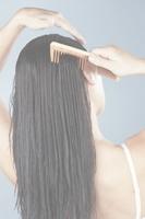 Как расчесывать волосы правильно, как долго расчесывать волосы вредно, наклоны при расчесывании волос, массаж при расчесывании волос